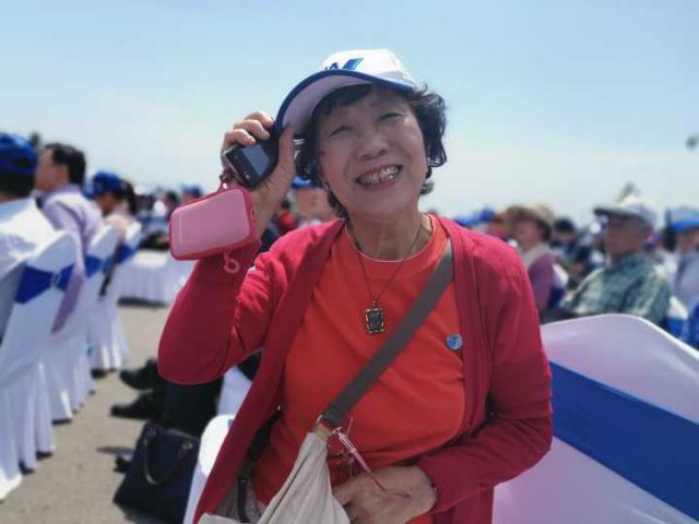 82岁日本老人被槐花节吸引来连徒步
