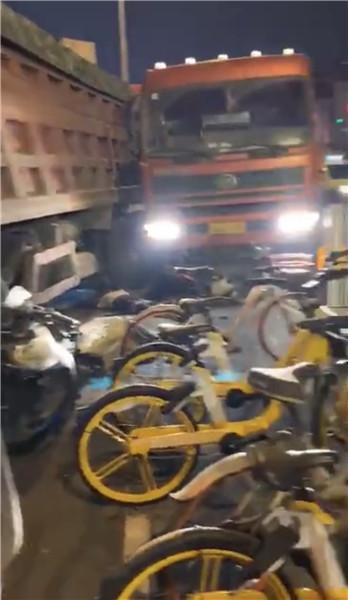 南京凤台南路两辆货车撞上非机动