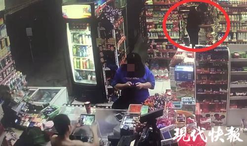 超市老板沉迷打游戏 小偷光顾十几次他头都不抬