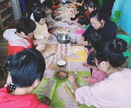井东社区组织亲子体验传统美食活动